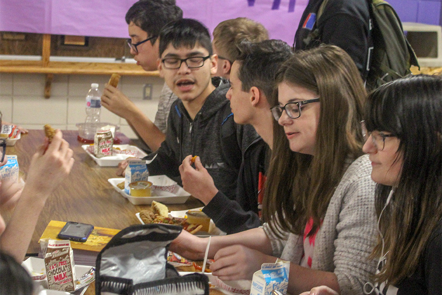 From right to left, freshman Lexi Ketcham, junior Alexa Fletcher, and freshmen Zach Fisher, Alan Rojo and Bo Hamilton finish eating their food during Lunch A. The administration created the revised lunch schedule — in which two lunches are split into Lunch A and Lunch B — as an alternative to Purple Power Hour, which was suspended in early September due to student misbehavior.